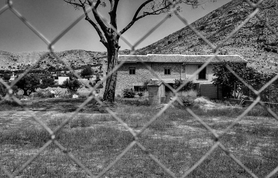 verwilderde tuin, prachtig gebouwd huis, maar zo verlaten