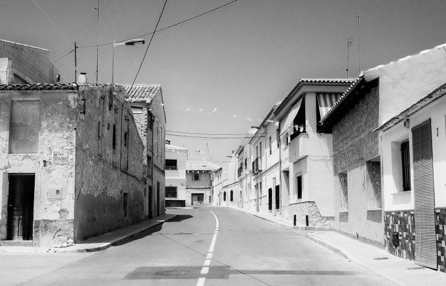 een verlaten straat in een klein dorp